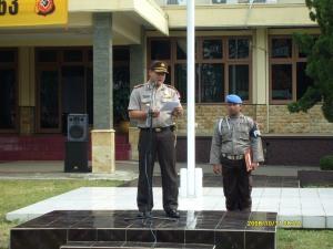 Kapolres Kuningan memberikan arahan kepada anggota yang akan melaksankaan serpas menuju TPS-TPS di seluruh wilayah Kuningan
