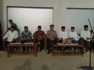 Bupati dan Wakil Bupati Kuningan didampingi Kapolres dan Dandim 0615 saat menunggu rombongan Jemaah Kuningan