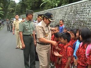 Bupati Kuningan bersama Dandim 0615 dan Kapolres Kuningan disambut siswa-siswi  SDN Ciniru Kuningan