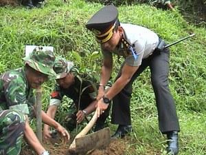 Kapolres Kuningan berpartisipasi dengan mencangkul dan membuat lubang sendiri untuk ditanami pohon