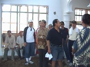 Bupati Kuningan beserta rombongan berkesempatan meninjau pembangunan Mesjid di Desa Sakerta Timur