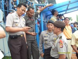 Waka Polres Kuningan Kompol Enday Sudrajat, SH beserta Kabag OPs dan para Kasat memantau jalannya Pam PERSIB vs PESIK