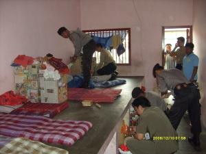 Anggota Polres Kuningan saat memeriksa sejumlah kamar tahanan di LP Kuningan