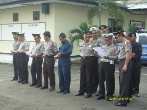 Kapolres dan perwira bersama-sama membacakan Asmaul husna