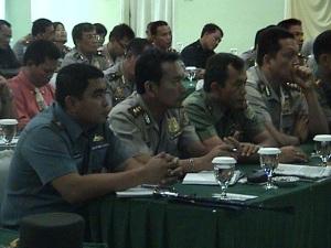 Kapolres sedang menyimak arahan Kapolwil Cirebon