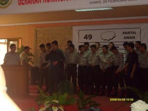 Kapolres bersama Bintara Magang dan Mentor Bripka Asep Saeful bersama-sama membacakan Asmaul Husna didepan peserta gerakan pencanangan sukses Pemilu 2009 di Gedung LC Kuningan
