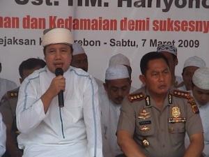 Kapolwil Cirebon Kombes Pol Drs. Tugas Dwi Apriyanto, SH. bersama Ustad Haryono dalam rangka Dzikir Bersama untuk Kesuksesan Pemilu 2009