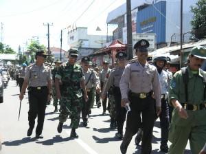 Kapolres dan Dandim 0615 Kuningan ikut bersama-sama Jalan Santai dengan anggota