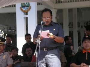 Bupati memberikan sambutan dalam Kampanye Damai hari pertama di depan Pendopo Kabupaten Kuningan