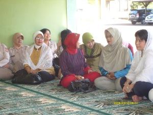 Ibu-ibu Bhayangkari bersama-sama menyimak hikmah Maulid dari Mubaligh