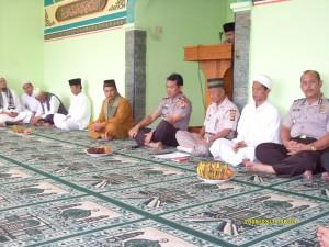Kapolres, Waka, Para Kabag/Kasat dan undangan mengikuti peringatan Maulid Nabi Muhammad SAW. di Mesjid Al Aman Mapolres Kuningan