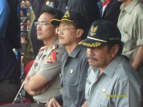 Kapolres bersama Bupati dan Wakil Bupati menyaksikan pertandingan dari Tribu VVIP Stadion Mashud Wisnusaputra Kuningan