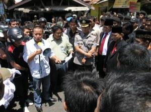 Kapolres Kuningan menjadi katalisator para pendemo dengan perwakilan anggota dewan terpilih
