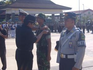 Penyematan Pita oleh Bupati Kuningan H. Aang Hamid Suganda, S.Sos