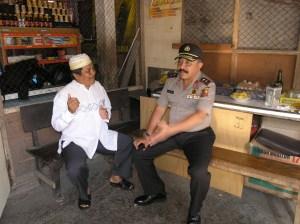 Kapolda Jabar Irjen Pol Drs. Timur Pradopo berbincang-bincang dengan Tokoh masyarakat Pasawahan