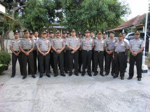 Kapolda Jabar Irjen Pol Drs. Timur Pradopo bersama anggota Polsek Mandirancan