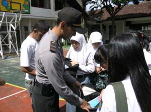 Ka SPK Polres Kuningan sedang memeriksa salahsatu siswa